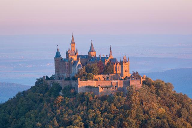 一座小山上的城堡