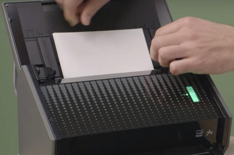 Documento sendo colocado na bandeja de digitalização